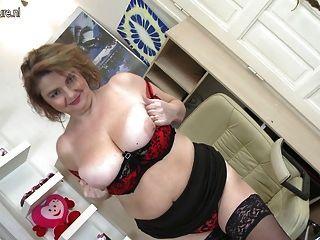 vollbusigen Hausfrau spielt mit ihrer Pussy