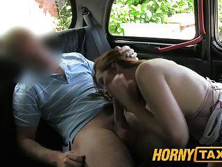 hornytaxi junges Mädchen mit großen Titten bietet Blowjob statt