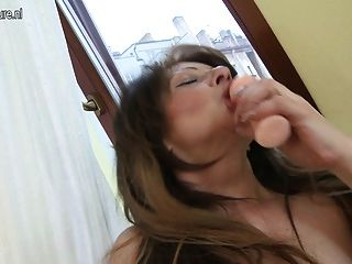 super hot MILF Schlampe liebt es, mit ihren heißen Körper zu spielen