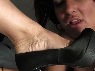 Fußfetisch unter dem Schreibtisch