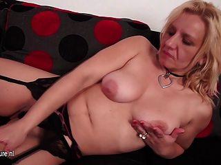 Naughty Hausfrau auf der Couch spielt mit ihrer Pussy