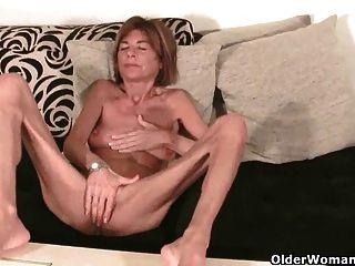 British Granny Finger fickt ihre petite Pussy