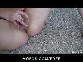 sexy petite Teen Brünette Schlampe in rosa Höschen Finger-Ficks