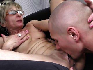 heiße dünn Oma wird von ihrem Toyboy gefickt