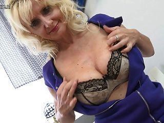 sexy Blondine mit ihren nassen Pussy spielen Mutter