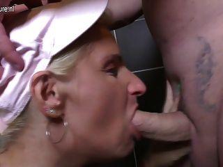 reife Schlampe Mutter wird auf einer Toilette gefickt