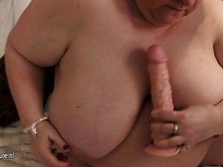 Big Mama mit ihren riesigen Titten und alte Fotze spielen
