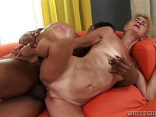 Oma isst Pussy zu