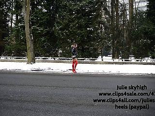Nutte in roten Overknee-Stiefel & Moncler Daunenjacke