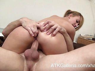 süße blonde Mädchen lässt ihr Freund sie in den Arsch ficken