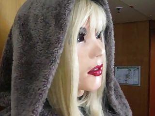schöne Puppe mia Latex gehen