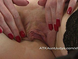 Scharlach stellt ein Spielzeug in ihr einen Orgasmus zu haben.