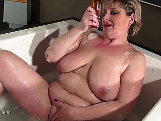 reife Schlampe Mutter mit saggy Titten ein Bad zu nehmen
