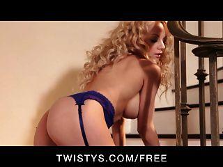 twistys - kurvige vollbusige Blondine neckt ihre großen Titten & Muschi