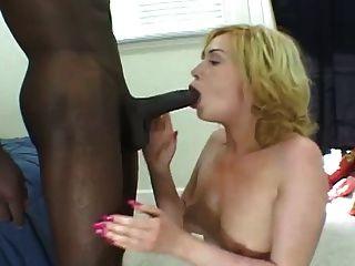 weißes Mädchen saugt auf großen schwarzen Schwanz, bis es Nüsse