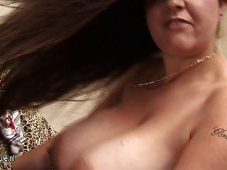 Big Titted Amateur Hausfrau schaukeln ihre Titten