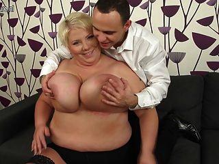 riesigen Brüsten reifen Mutter ficken und ihren Arsch saugen