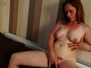 geile Hausfrau auf ihrer Couch nass