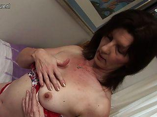 freche Hausfrau mit ihrer nassen Pussy spielen