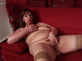 vollbusige Mutter nebenan mit hungrigen Vagina