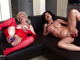 zwei schmutzig Omas zusammen auf der Couch masturbiert