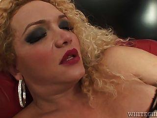 dreckigen Transvestiten bekommt ihren langen Schwanz leckte seinen Arsch hart jab
