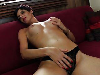 hot reife Hure auf ihrer Couch Schleifen