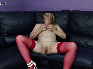 schmutzige alte Großmutter auf der Couch masturbiert