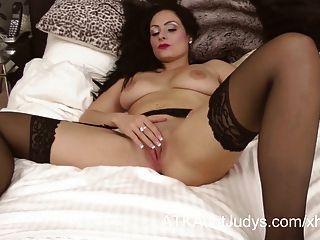 sophia Delane ist erotisch in ihrer Unterwäsche und Strümpfe.