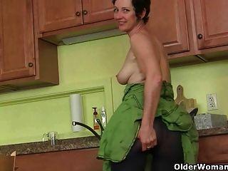 Mutter eher masturbiert als die Küche aufzuräumen