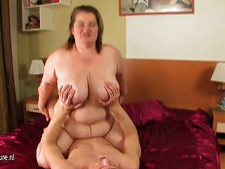 große Mutter amelia saugen und ficken hart