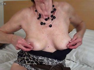 geil dutch reife Oma spielt mit ihrer nassen Pussy