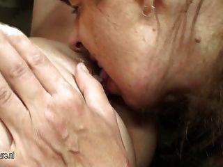 Hot Babe fickt freche reife lesbische Mutter