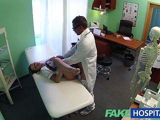 fakehospital heiße Krankenschwester Felgen ihren Weg zu einem Raise
