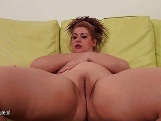 reife Mutter mit sich selbst auf ihrer Couch spielen