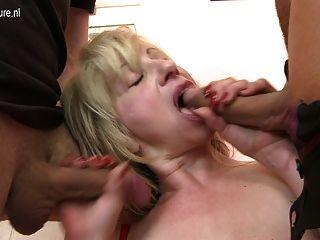 sexy reife vollbusige Mutter auf einmal von zwei Jungen gefickt
