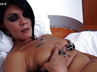 reife Schlampe Mutter auf ihrem Bett masturbiert