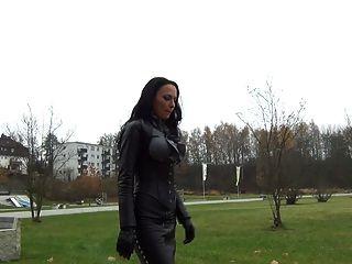 eine Diva in Peeptoes und Leder Fuß
