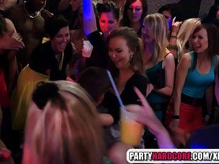 heiße Mädchen saugen männlichen Stripper auf der Party