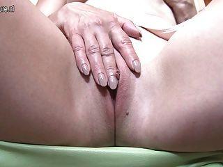 red Hausfrau Mutter auf ihrem Bett spielen