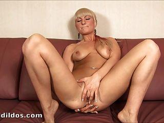 Tight blonde ficken ihren Arsch mit einem großen Dildo