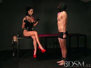 bdsm xxx Slave Junge leckt Mätressen aus dem Käfig Boden spucken