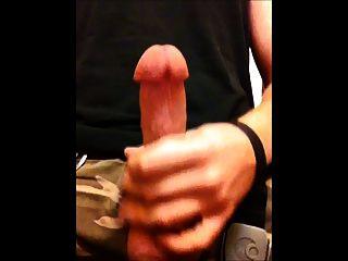 perfekte junge Hahn schießen große Last in Bad Cumming