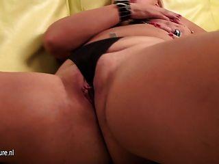 ungezogen Mama spielt mit ihrer nassen Pussy