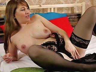 hot reifen Mutter auf ihrem Bett spielen