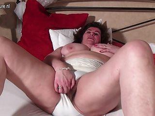 große holländische Mutter spielt mit ihrer haarigen Muschi