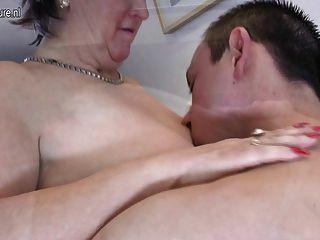alte reife Mutter fickt und saugt ihre Jungen