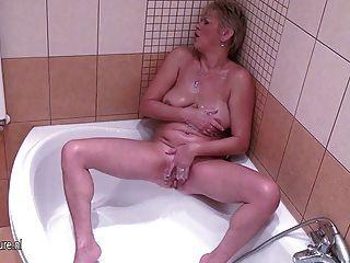 reife Hausfrau mit ihrem nassen Pussy spielen