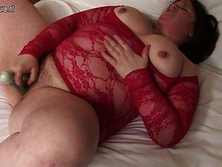 mollig Hausfrau sticks Dildo ihre haarige Muschi