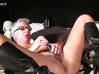 spritz alte reife Mutter mit einem Spielzeug masturbieren